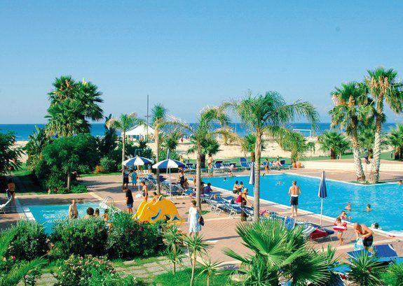 Sicilia/Mortelle - Le Dune Beach Club *** Il villaggio, caratterizzato da dune di sabbia e palme, è situato all'estremo vertice nord della Sicilia, a 15 km da Messina  >> Futura Vacanze
