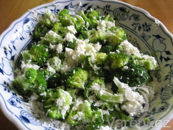 Brokolice je zdrojem spousty vitamínů. Připravme si rychlý salát. Dietní a vegetariánské jídlo.