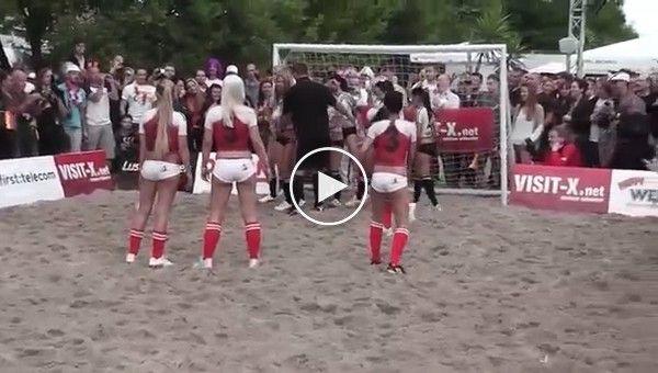 Сексуальный футбол в Берлине. Матч между немецкмими и датскими порноактрисами (эротика)
