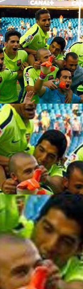 Urugwajczyk poczuł krew i ugryzł Javiera Mascherano podczas celebracji • Luis Suarez nie mógł się powstrzymać • Zobacz śmieszną fotę >> #suarez #barca #barcelona #fcbarcelona #football #soccer #sports #pilkanozna #funny