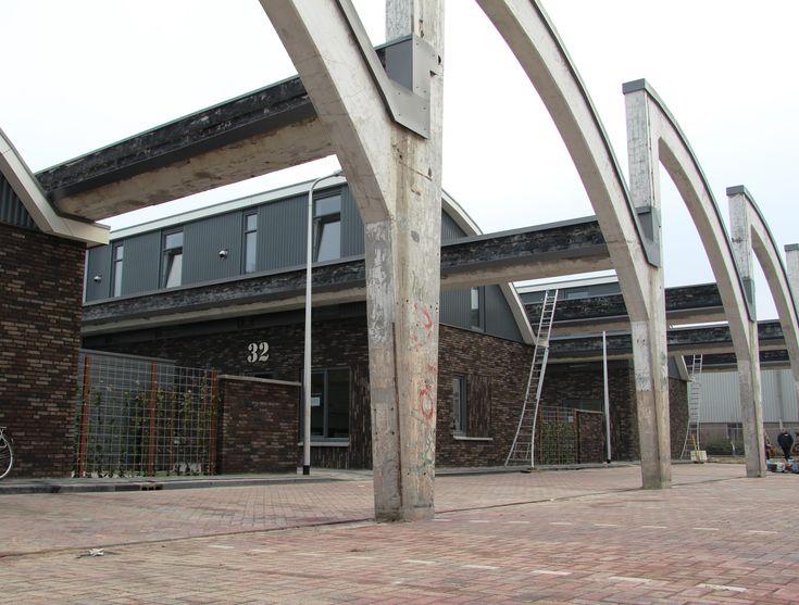 In De Spoelerij in Almelo zijn nieuwe woningen gebouwd tussen de betonconstructie van de oude spoelerij van een textielfabriek. De woningen zijn teruggebou