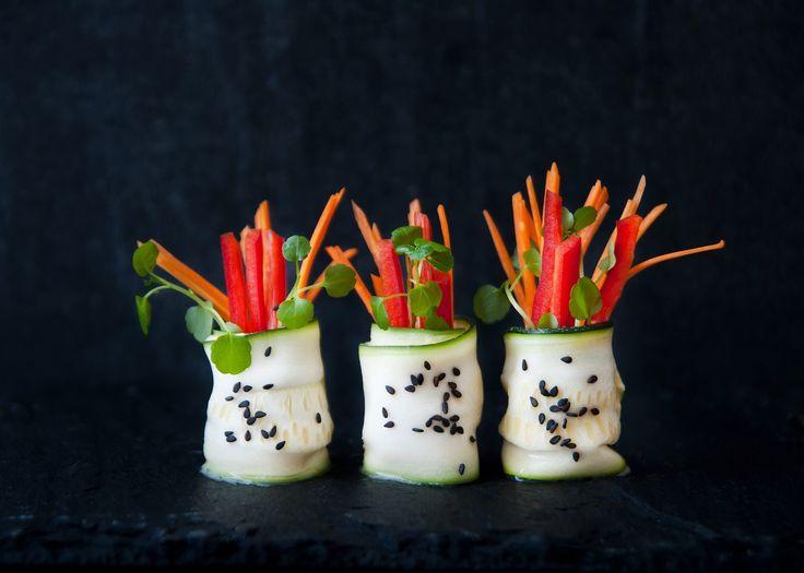 Roladki z cukinii z hummusem ze świeżej kukurydzy