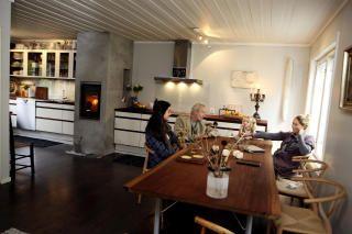 Oppgradert: Kjøkkenet var opprinnelig smått i 1950-talls husene på Ekely. Bård Breivik og Lene Midling-Jenssen utvidet sitt kjøkken i fjor for å få plass til et moderne familieliv. Det gedigne spisebordet i afrikansk, miljøsertifisert mahogni har den selverklærte «materialfriken» Breivik laget selv, mens de klassiske Wegner-spisestolene er en 60-års gave fra hans mor.