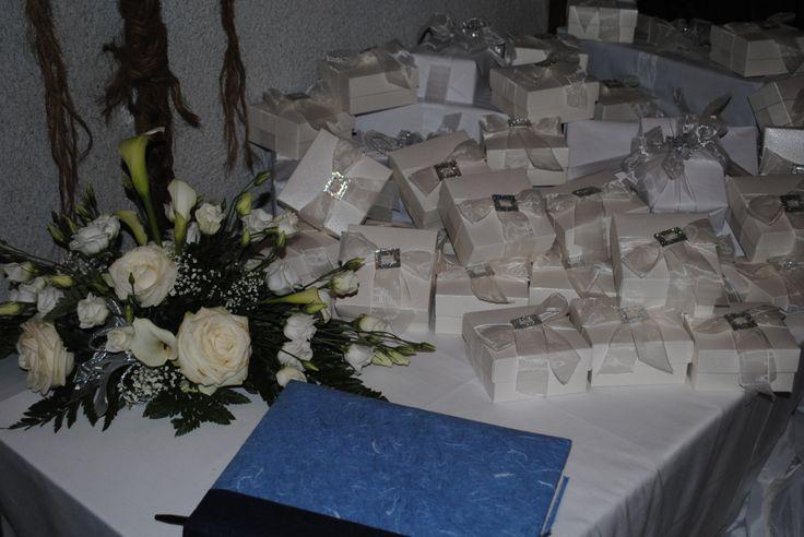 Il tavolo delle bomboniere con l'immancabile libro delle dediche.   (Table of wedding favors)
