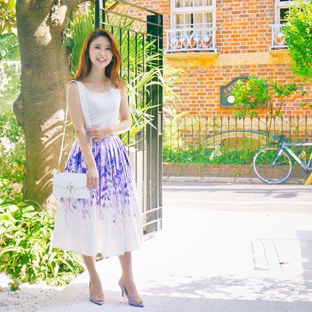この色、大好き💜 tops @and.couture  skirts @chicwish  bag @samantha.thavasa.group  shoes @dholic_official . . #chicwish  は初めてのお買い物だと29%off➕割引コード『ALA10』でさらに10%offの割引キャンペーン中だそう💟 . このスカートに描かれたお花は藤の花✨ 昔の俳句や短歌にたくさん出てくる女性を表す代表的なお花、 花言葉は''決して離れない''💜 . #ootd#coordinate#outfit#fashion#tokyo#girl#japan#andcouture#chicwish#dholic#アンドクチュール#シックウィシュ#サマンサベガ#コーデ#ガーリーコーデ#フレアスカート#wisteria#私服#ファッション