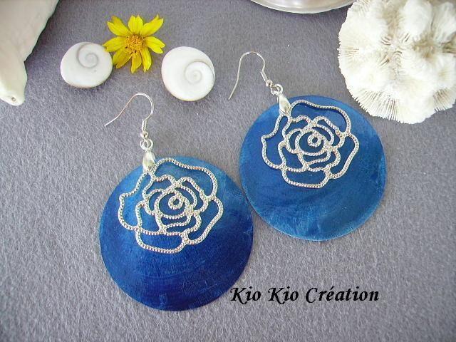 Boucles d'oreilles créoles,bleu saphir,sequin en nacre,estampe fleur filigranée,sur crochets,métal argenté. : Boucles d'oreille par kio-kio-creation