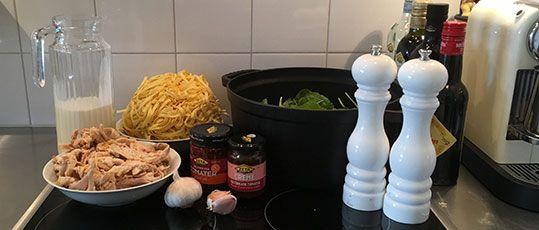 Pastasås med grillad kyckling med spenat och soltorkade tomater Den färdiggrillade kycklingen gör maten snabb och enkel för att även funka en vardag. Vill man göra det extralyxigt kör man bara grädde och skippar mjölken. 250 gr färsk spenat 1 grillad kyckling 2 st Stora vitlöksklyftor 2 msk Crème av soltorkade tomater 4 Marinerade soltorkade tomater smör till stekning [...]