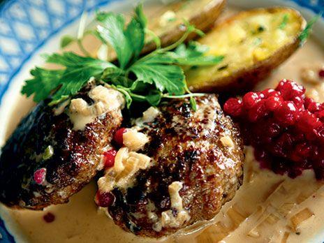 Både barn och vuxna älskar köttbullar i gräddsås med potatis och lingon. Den feta vispgrädden är bra för den lite torra älgfärsen. /Per - Receptet är hämtat ur Morberg jagar och lagar.