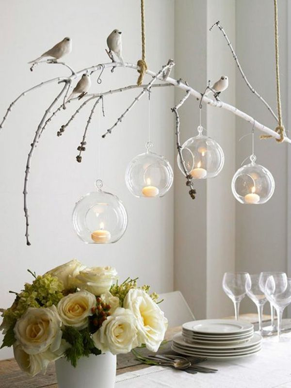 fantastische Birken Deko mit künstlichen Vögeln über dem Tisch