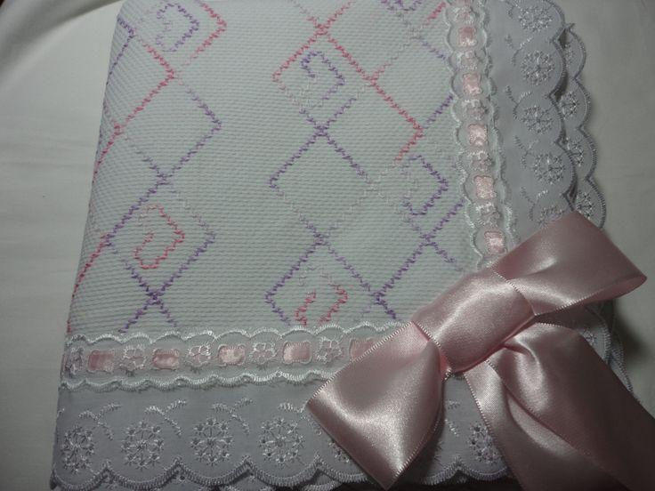 Manta bordada em vagonite Bordado por Regina Moraes e confecção Maete Atelier www.facebook.com/maete.atelier
