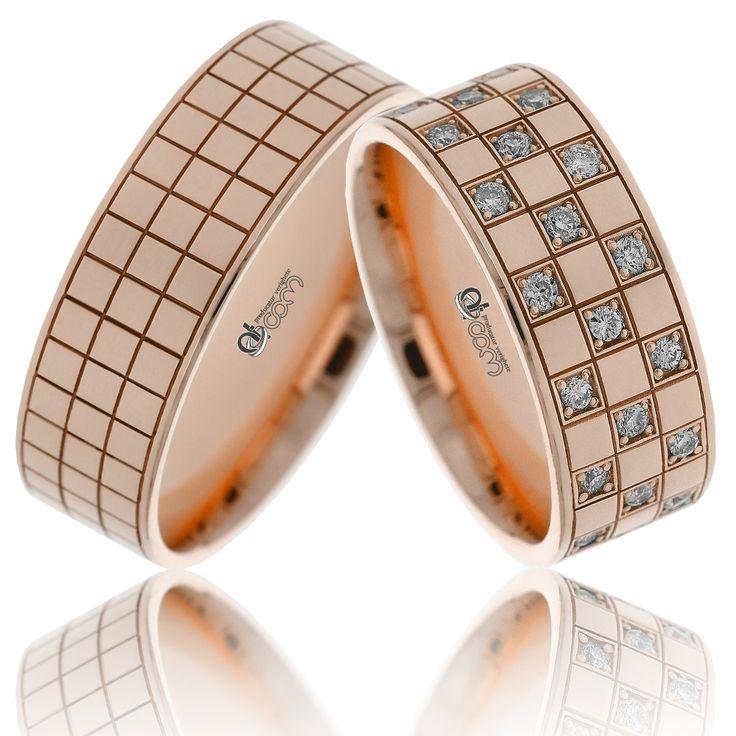 Verighete ATCOM Lux ALICE aur roz - 42 de cristale (la cerere, se monteaza diamante) sunt tintuite pe banda damei, delimitate de un model cu patrate, aidoma tablei jocului de sah.