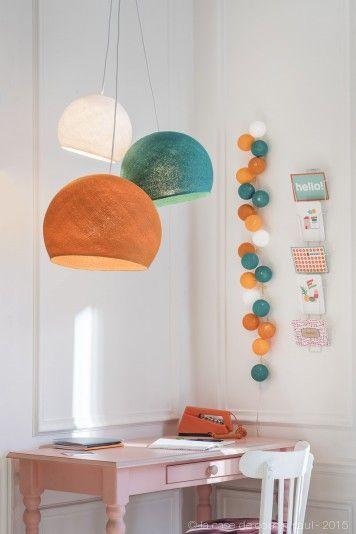 Années 50. Ce luminaire triple est composé avec: 1 XS blanc - 1 S émeraude - 1 M orange. 1 suspension triple tissée blanc 80-100-120 cm. Retrouvez toutes nos suggestions sur http://www.lacasedecousinpaul.com/fr/collections/coupoles