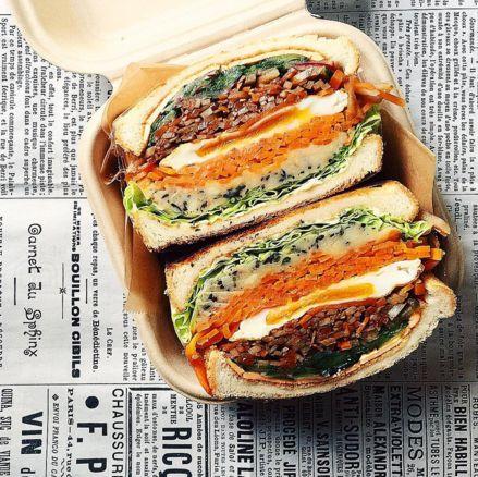 ひじき、梅のポテサラ、人参ソテー、目玉焼き、ごぼうのバルサミコきんぴら、塩揉みきゅうり、チーズをたっぷりのせて作ったサンド | サンドイッチ | #tami飯
