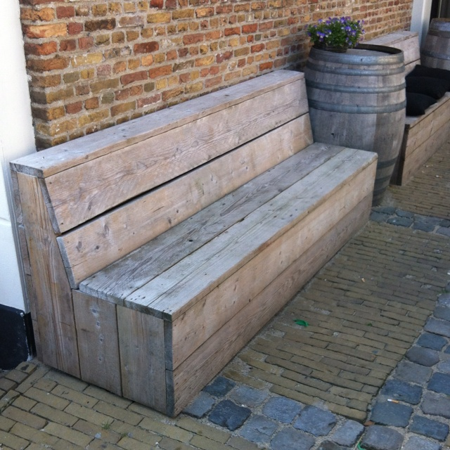 Love the style of this unique garden bench . . for the porch or deck . . . Ook leuk voor in de achtertuin