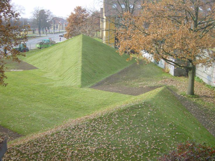 Ernst Cramer. Rekonstruierte Rasenpyramiden Uni Hannover.