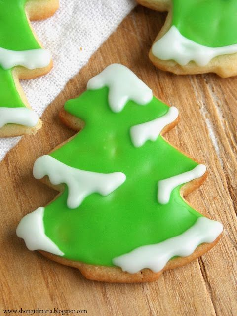 These look so cute! Great cookies for the kids and for the holidays! via Shopgirl: Snowy Tree Sugar Cookies