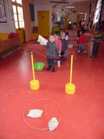 Gooien over een touw en tegelijkertijd mikken in de hoepel! Een lastige!