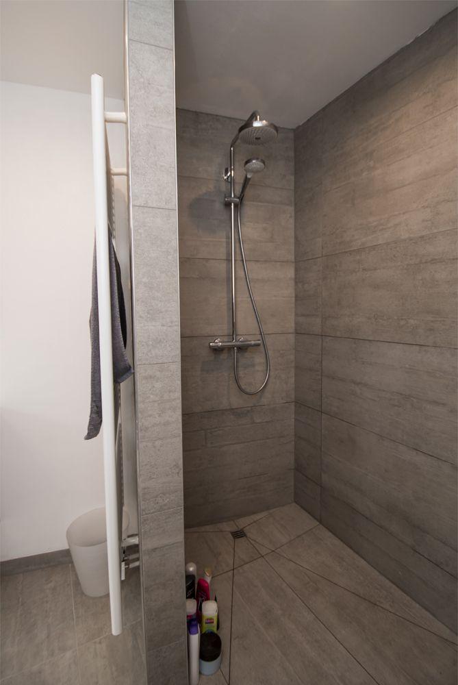Deze badkamer met schuine muur werd echt handig ingericht met een bad, een ruim lavabomeubel en een onderhoudsvriendelijke inloopdouche. We hebben gewerkt met beton imitatie tegels. De badkamer werd slechts gedeeltelijk betegeld, zodat we geen 'bunkergevoel' krijgen. Ondanks de schuine wand is de inloopdouche perfect uitgewerkt tegenover het bad, zodat …