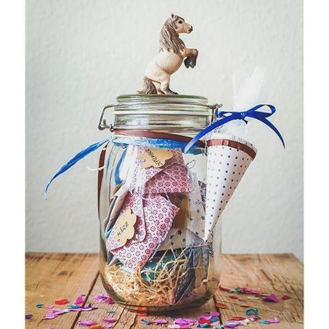 das ... 12 Monate Schuljahr Überraschungs Glas diesesmal zaubern wir den Schul-Beginnern zum 1. Schultag ein Lächeln in´s Gesicht ... schwingen uns in den Sattel, holen das Stroh aus dem Stall, reiten dann in Richtung Süden ... und machen mal das originellste Geschenk zur Einschulung überhaupt ➡ jetzt auf dem Blog 《 link im Profil 》⭐⭐⭐ the perfect gift for all school beginners and horse lovers ⭐⭐⭐ #foodblogger #blogger #schulanfang #einschulung #geschenk #geschenkimglas #pferd #pferdel...