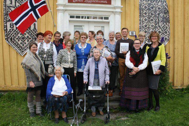 Ny bok og over 500 nye Selbuvotter. Her med Anne Bårdsgård og hennes flinke med hjelpere. Boken ble lansert på Selbu Bygdemuseum 14.August 2016