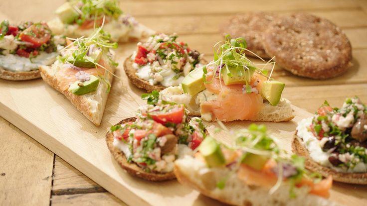 Broodje met Griekse salade en ciabatta met eiersla, avocado en gerookte zalm | Dagelijkse kost