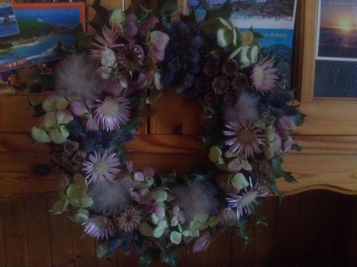 Trockenblumenkranz, Stengeldistel,Hortensie, blaue Edeldistel, Mohnblumenkapsel,Clematissamenstand