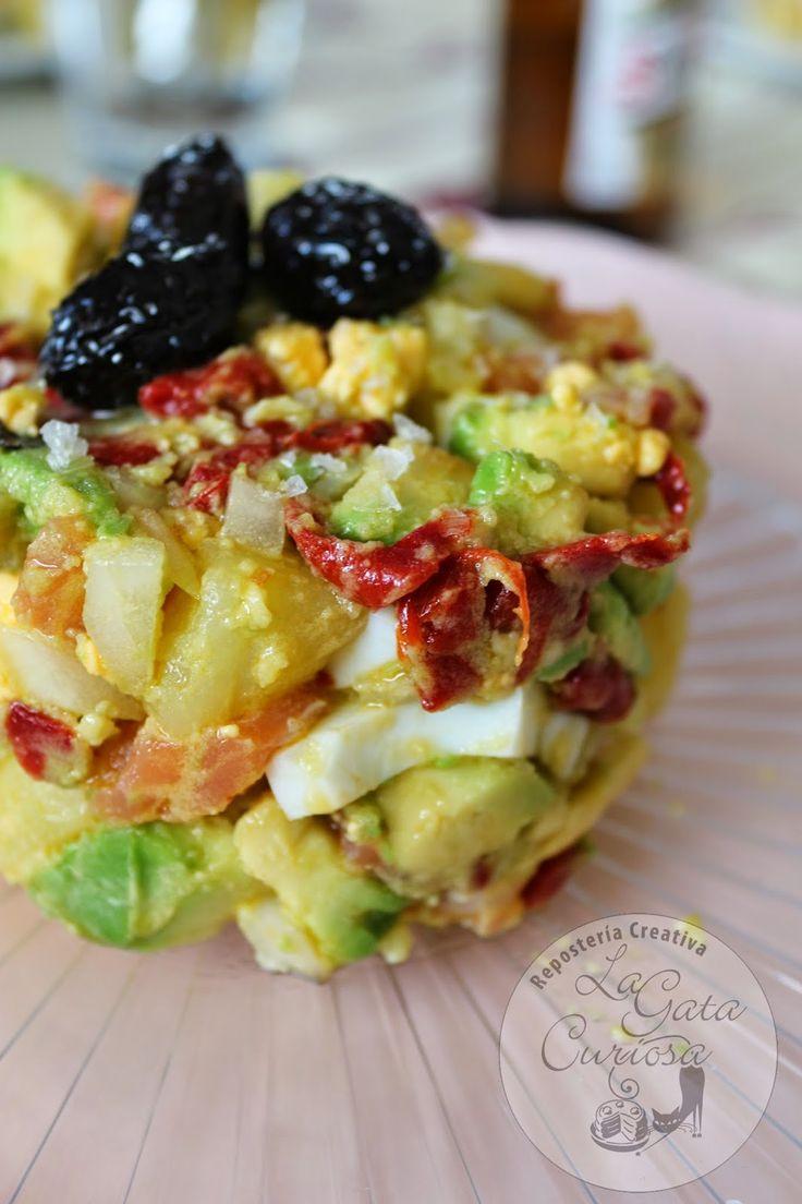 Ensaladilla de patatas, salmón aguacate y huevo