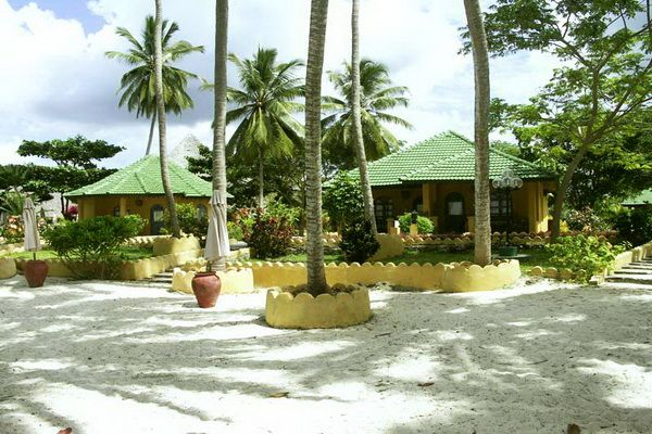 High standard beach hotel. Zanzibar Safari Club is located on the shores of the Indian Ocean, in Uroa, on the eastern coast of the island, 35 km from the Stone Town. #beautiful #resort #beachfront #holiday #travel #tanzania  http://thebeachfrontclub.com/beach-hotel/africa/united-republic-of-tanzania/zanzibar/uroa/zanzibar-safari-club/#overview