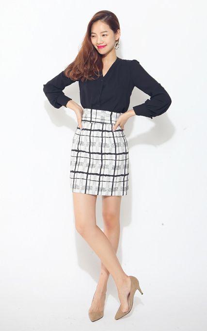 【Bagazimuri】大人っぽい印象の落ち着いたミニ丈スカートです。モダンでシックなチェック柄がポイント!すとんと落ちるタイトスカートで女性らしい印象を与えます。秋にぴったりのシックなアイテムです。