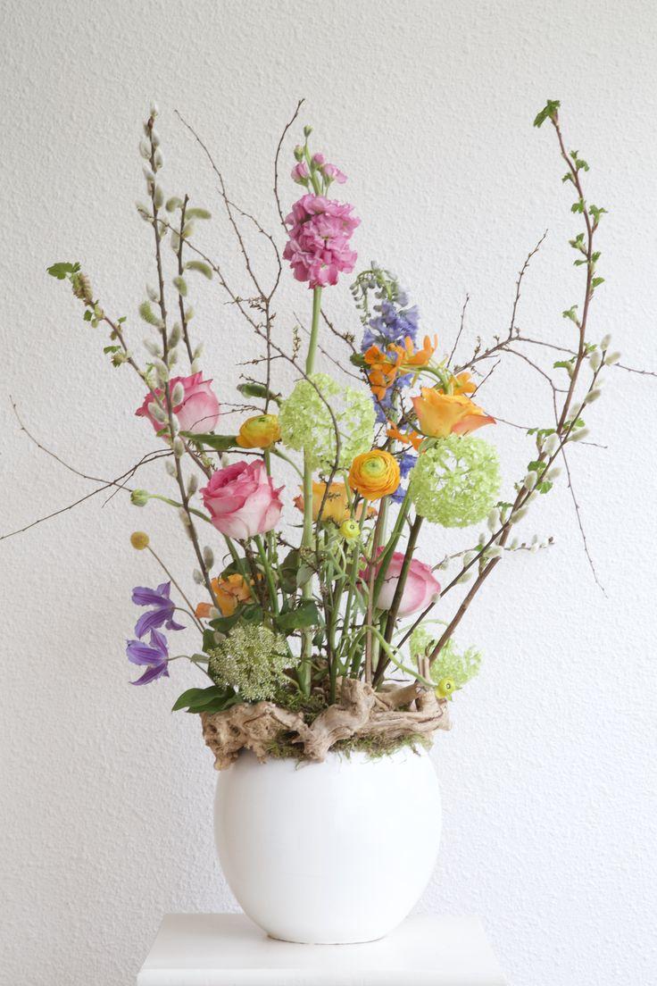 Lente in huis! Gestoken bloemstuk met vrolijke kleuren