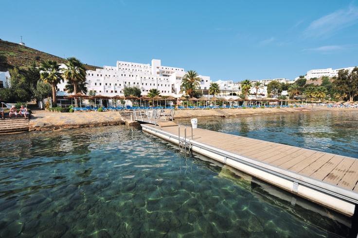 Voyage Bodrum is direct aan het strandplatform gelegen in de kleine Bardakçi-baai. Bodrum bevindt zich op ca. 1,5 km en Gümbet op ca. 1 km.  Het hotel beschikt over een verzorgde tuin met zwembad en zonneterras. Om heerlijk te ontspannen kunt u gebruik maken van het Turks bad, de sauna en tegen betaling massages. Voor de sportievere vakantieganger zijn er diverse sportactiviteiten. De maaltijden worden geserveerd in het buffetrestaurant.  Officiële categorie ****