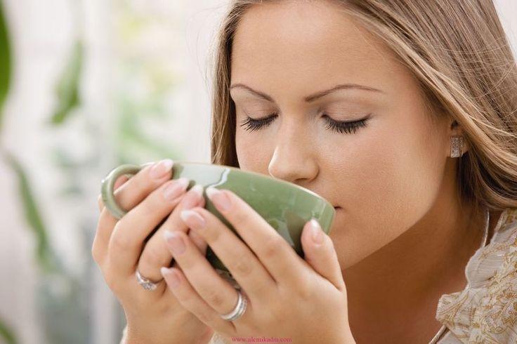 yeşil çay içerken