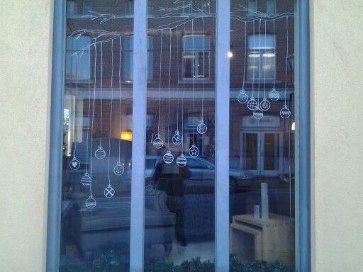 Kerstballen op het raam