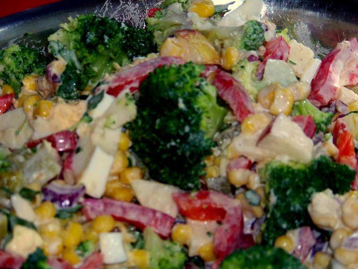 Kolorowa i bardzo smaczna sałatka.        Przepis znalazłam  TU      Składniki:     1 duży brokuł    1 jabłko    1 śre...
