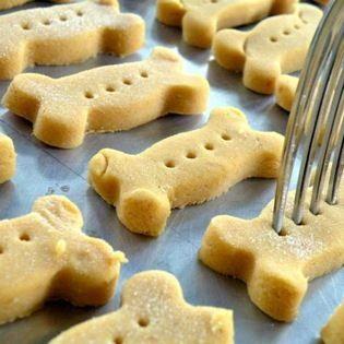 2. Con comida para bebé Ingredientes * Un frasco de comida para bebé (Sin ajo y cebolla). * 200 gramos de harina integral o blanca. Preparación * Mezclar los ingredientes en un recipiente profundo. * Precalentar el horno a unos 180 ºC. Mientras, elaborar unas bolas con las manos, aplastar con un rodillo de madera (como los usados para hacer pizza) y moldear con la forma deseada. * Poner la masa en el horno y dejar unos 15 o 20 minutos, esto dependerá del grosor.