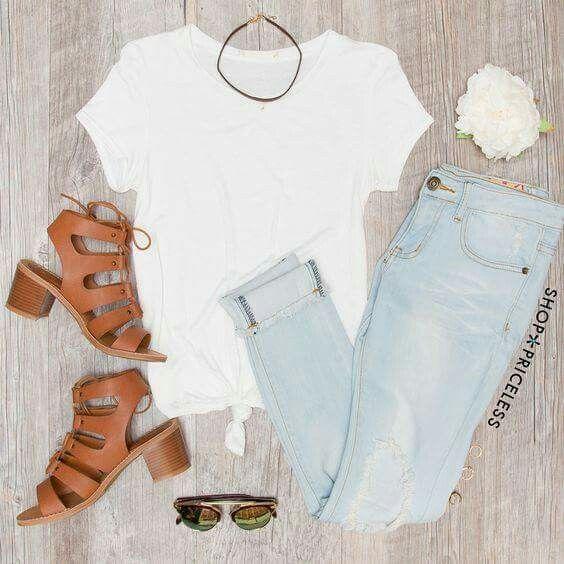 Casual y cómoda..  Jeans claros, blusa blanca y sandalias cafe
