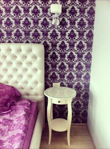 Спальня обои кровать фиолетовый белый