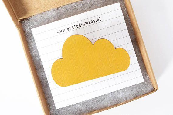 Broche wolk, okergeel, houten broche, wolken pin, geel, voor haar, cadeau idee, studio maas, sieraden, houten sieraden