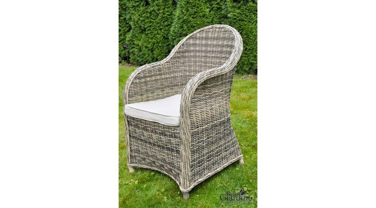 Ez a Bello Giardino műrattan fotel stílusosan eredeti és elegáns, és nagyszerűen használható a kertben, a teraszon, de akár kisebb balkonon vagy télikertben is. A lágyabb, romantikusabb stílus kedvelőinek készült, kiváló minőségű polyrattanból.