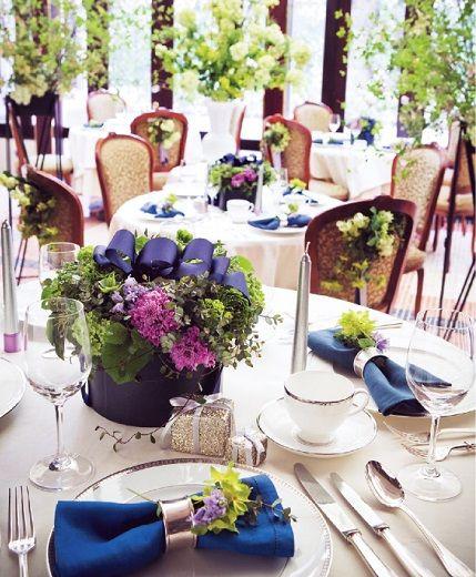 グリーンや花にあふれた空間で、ゲストをおもてなし。洗練された華やかなテーブルセッティング。#AneCan #wedding #tablesetting #ウェディング #テーブルコーディネート
