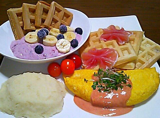 3/22の朝ごパン - 58件のもぐもぐ - ホットケーキミックスでワッフル・チーズオムレツ・マッシュポテト・生ハム・フルーチェにバナナとブルーベリー by maichyo