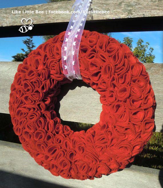Schitterende+rood+vilten+krans+met+roosjes+door+LikeLittleBee,+€65.00