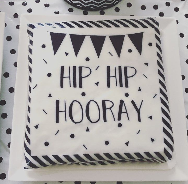 hieperdepiep hoerA!!!! Bink is 4 jaar geworden. het was een heerlijke verjaardag en de taart en gebakjes heb ik in zwart wit gehouden. Ik was al een tijdje op z