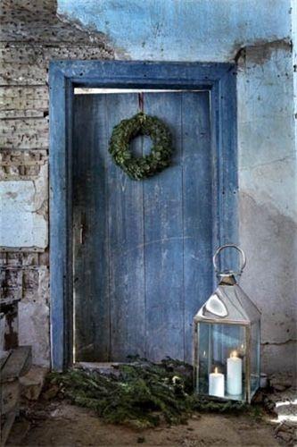 Rustic blue Christmas door design #bluechristmas #christmasideas