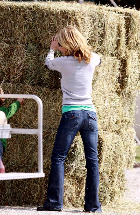 Who is wearing Anlo Jeans and carrying around an equestrian saddle?            Kelly Ripa!!    Kelly was in Palm Beach County, Florida last month with her daughter Lola Consuelos who won her division in an equestrian jumping competition. Ripa
