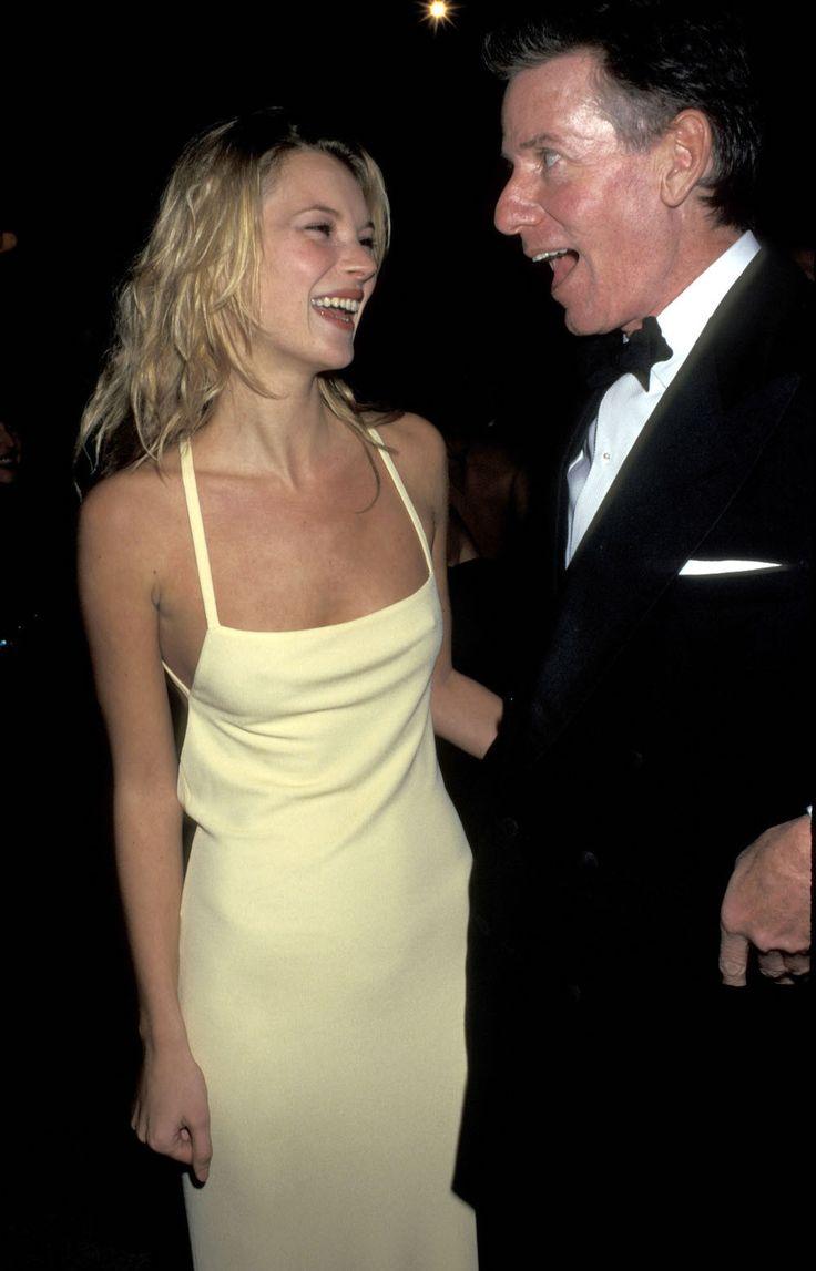 Kate Moss, 1995 - https://www.vogue.nl/gallery/de-eerste-red-carpet-appearance-van-modellen-tijdens-het-met-gala/miranda-kerr-2011
