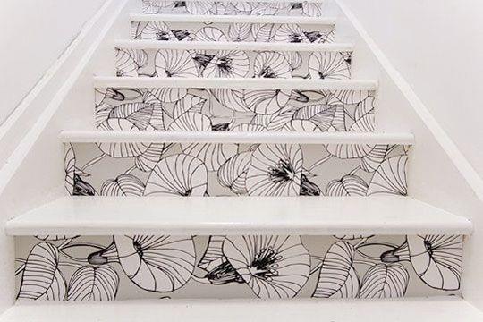 Aproveite os restos do papel de parede para dar um up nos degraus da escada.
