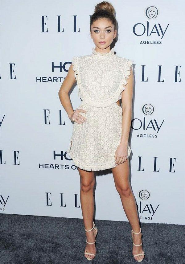 Look da atriz Sarah Hyland no red carpet com vestido de renda.