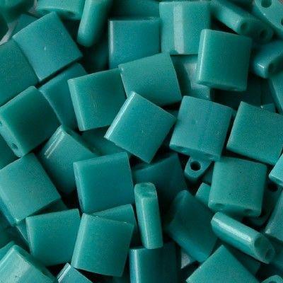 Molto apprezzate da tutte le appassionate perlinatrici, sono le TILA MIYUKI, perline in vetro, prodotte in Giappone di alta qualità, eleganti e uniformi nel taglio e nella dimensione! La loro particolare forma quadrata e piatta di 5 mm, con doppi fori paralleli di 0,8 mm, rendono queste perline tra le più utilizzate nelle creazioni di Bijoux.