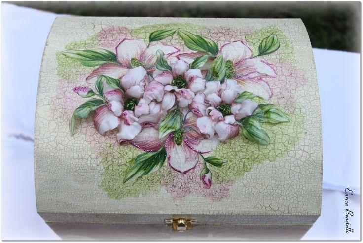 La decorazione in sospeso trasparente raffigurante fiore di magnolia